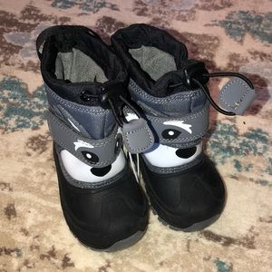 Cat & jack NWT snow boots size 5T black and grey